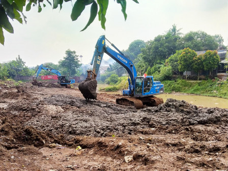 Antisipasi Banjir, 13 Waduk di Jaktim Dikeruk