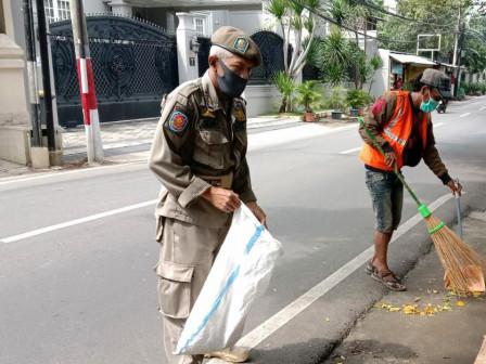 Officers Sanction 14 PSBB Violators in Kebayoran Baru