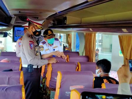 Joint Personnel Monitor Tight PSBB Implementation at Pulogebang Terminal