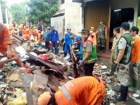 Post-Flood, 800 Joint Personnel Clean Up Garbage at RW 11 Kramat Jati