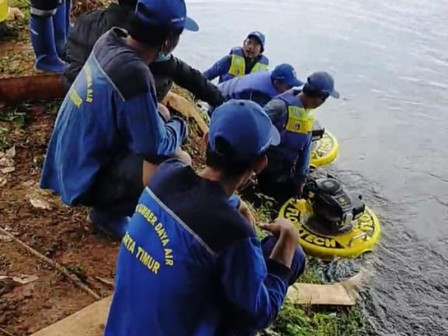 Personnel Draining Water from Cilangkap Reservoir to Anticipate Overflow