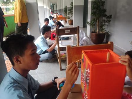 60 Students Collaborate Painting Lanterns at SMAN 60 Jakarta