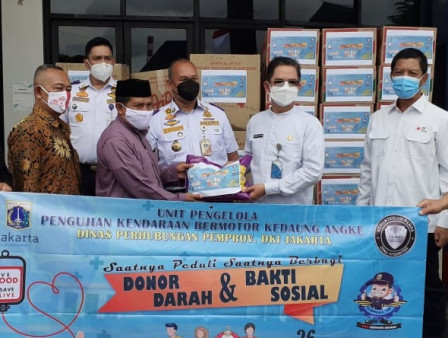 Kedaung Angke UP PKB Provides Staples and Clothes to Flood Victims