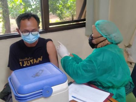 120 Warga Nikmati Layanan Vaksinasi Dosis Kedua di Kelurahan Klender
