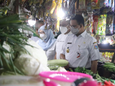 Anies Visits Three Markets to Check Food Price and Health Protocol Compliance