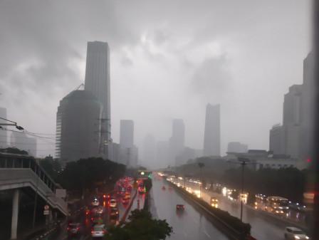 Waspadai Potensi Hujan Disertai Petir di Lima Wilayah Jakarta pada Sore dan Malam Hari