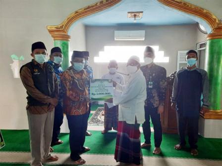 Dua Masjid di Kelurahan Pulau Pari Mendapatkan Bantuan Dari Bazis Kepulauan Seribu