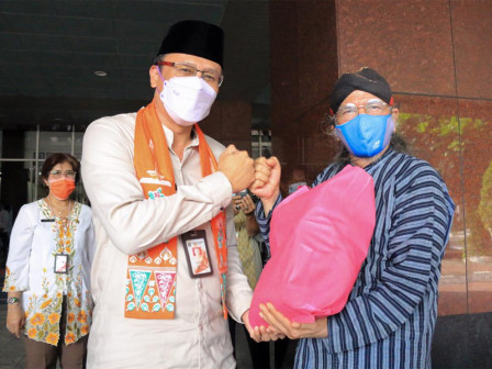 Central Jakarta Distributes 250 Staple Food Packages to Local Artists