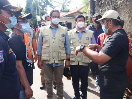 Anies Appreciates Collaboration between Officers and Residents to Handle Floods