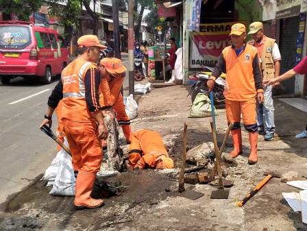 100 Personel Gabungan Kerja Bakti Grebek Lumpur di Jl Raya Munjul