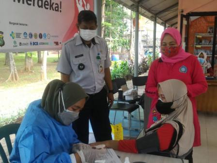 113 Peserta Disuntik Vaksin di RPTRA Taman Jangkrik