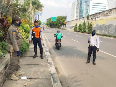 Petugas Gabungan di Jaksel Pantau PSBB di Tiga Lokasi