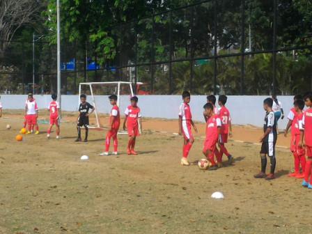 Ratusan Siswa SSB Mutiara Cempaka Berlatih Sepak Bola di Lapangan Banteng
