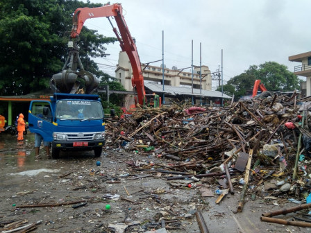 SDA Unit Collects 40 Cubic Meter of Garbage from Manggarai Sluice Gate
