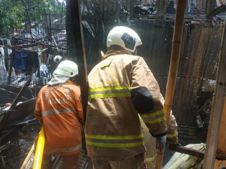 Tujuh Mobil Pemadam Atasi Kebakaran Bengkel Las di Cakung