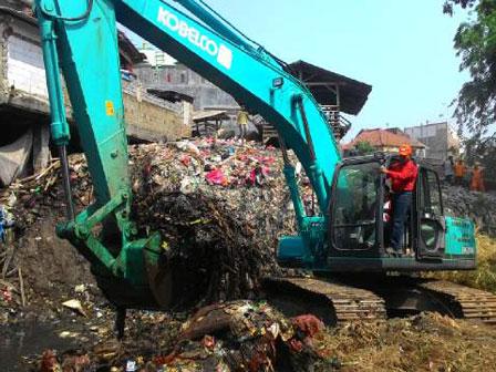 100 Tons of Trash Transported From Cipinang Riverbank