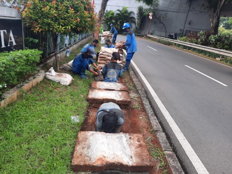 Pekerjaan Pengurasan Saluran di Jl. Farmasi Tanah Abang Jakarta Pusat