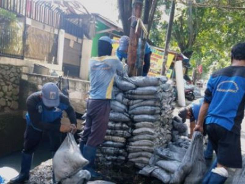 Pengurasan saluran PHB Jl. Bazoka Raya, Joglo Jakarta Barat