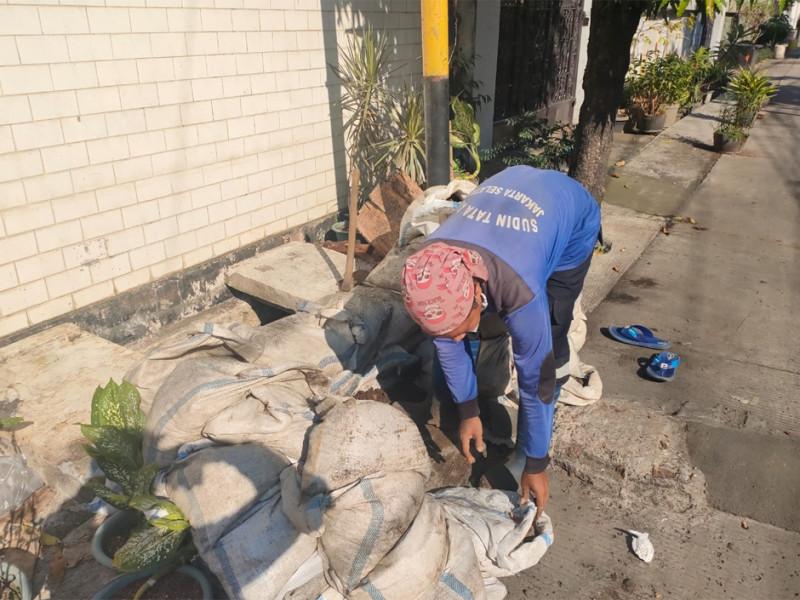Kegiatan Pengurasan Saluran di Jalan Pondok Jaya 3 Jakarta Selatan