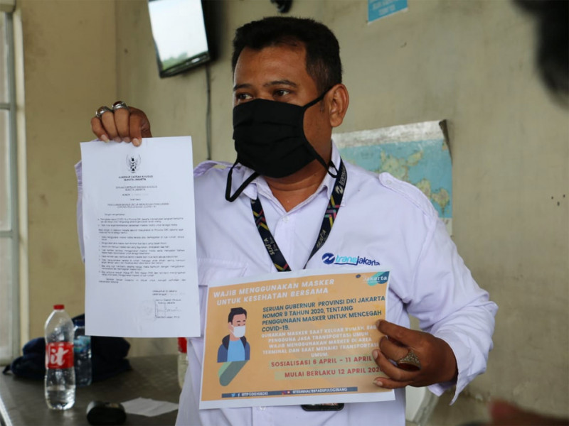Petugas PT. Transjakarta menerima imbauan petugas