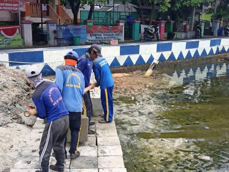Pemasangan Tanggul di Pulau Harapan Kecamatan Kepulauan Seribu Utara