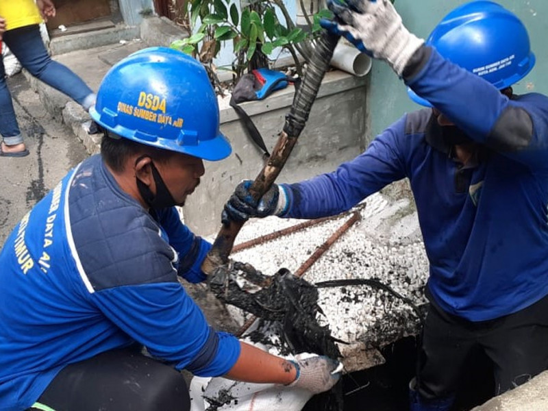 Pembersihan saluran dilakukan oleh PKLG Kecamatan Matraman dan PPSU Kelurahan Kayu Manis