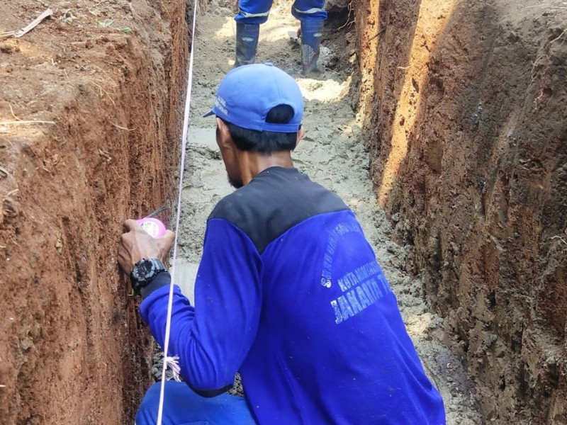 Pembuatan Crossing Saluran di Komplek Pulogebang Permai Cakung