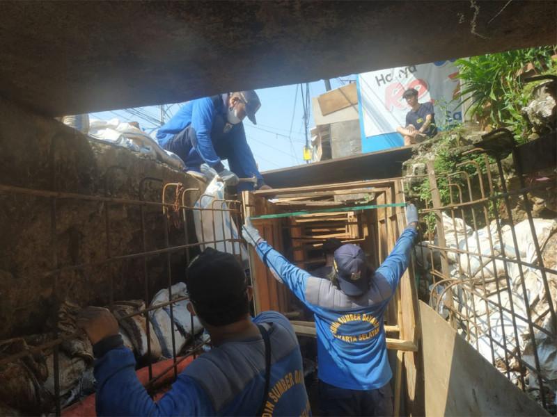Perbaikan Turap Saluran di Jalan Panjang Cidodol Jaksel