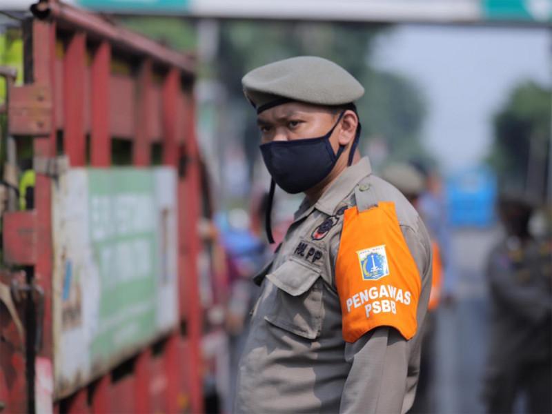 Petugas Satpol PP bertugas mengawasi penggunaan masker pada pengendara