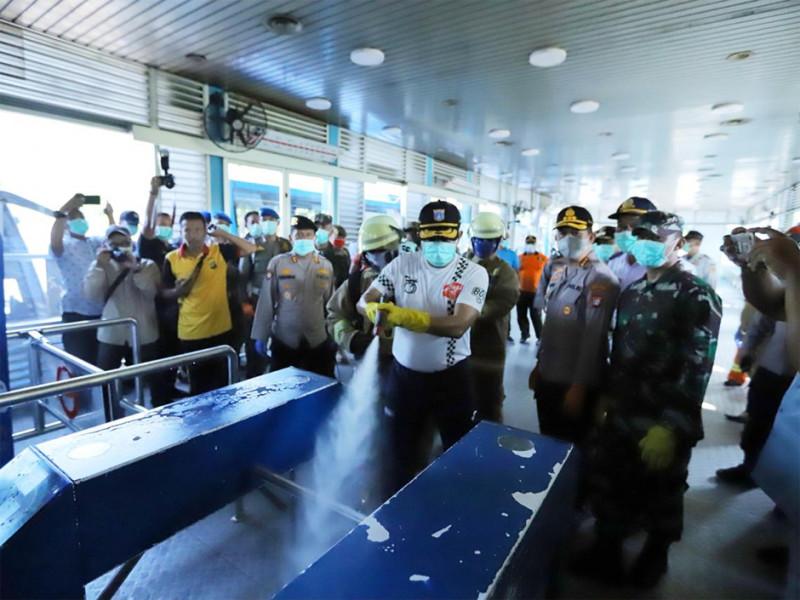Wali Kota Jakarta Timur ikut turun dalam penyemprotan di halte TransJakarta Terminal Kampung Rambutan