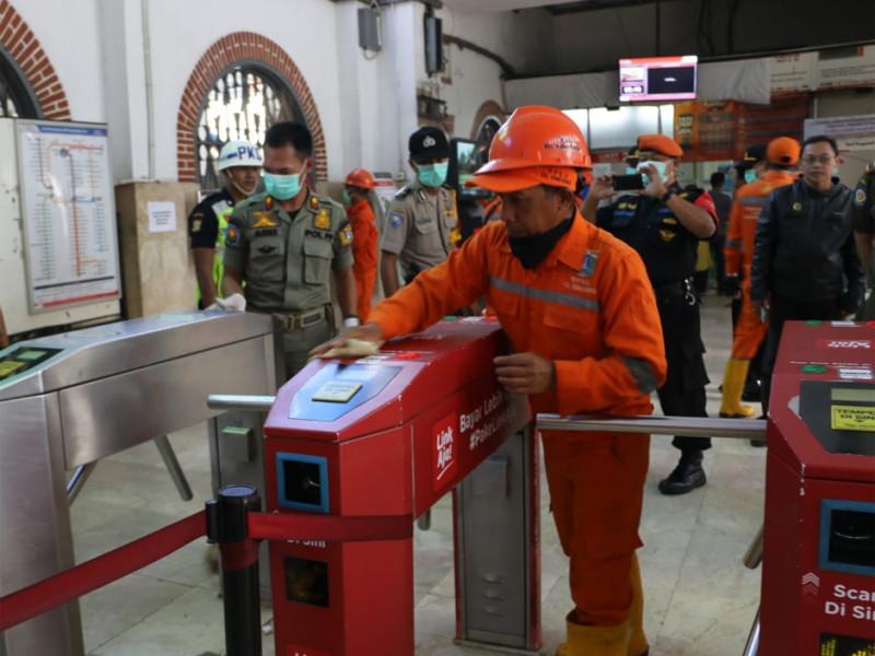 Pembersihan mesin tempel kartu akses penumpang