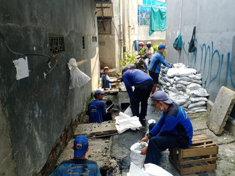 Pengurasan Saluran Jl. Kampung Bebek Tambora, Jakarta Barat