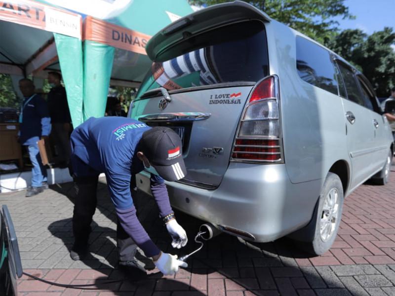 Pengecekan uji emisi kendaraan pribadi di kawasan kantor Wali Kota Jakarta Timur