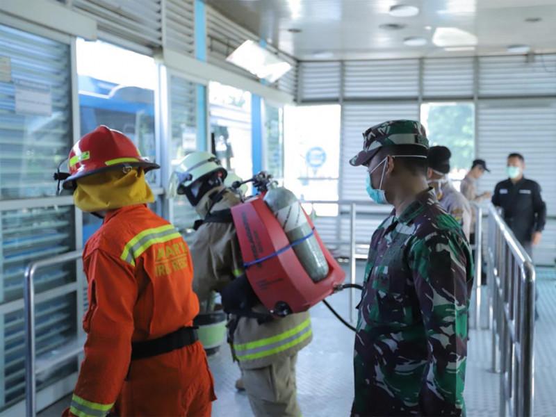 Jajaran TNI turun dalam penyemprotan di halte