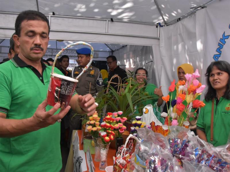 Wali Kota mengecek stan pameran sampah daur ulang