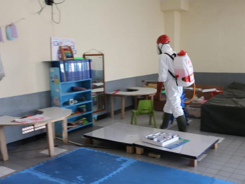 Penyemprotan di area kelas