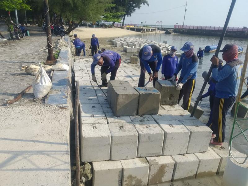 Pemasangan Kubus Masif Tanggul di Pulau Tidung