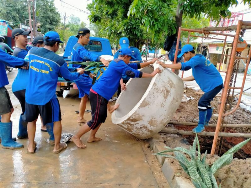 Proses pemasangan beton untuk sumur resapan