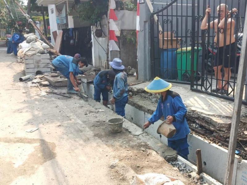 Kegiatan Pekerjaan Normalisasi Saluran di Jl. Menteng Sisi Utara