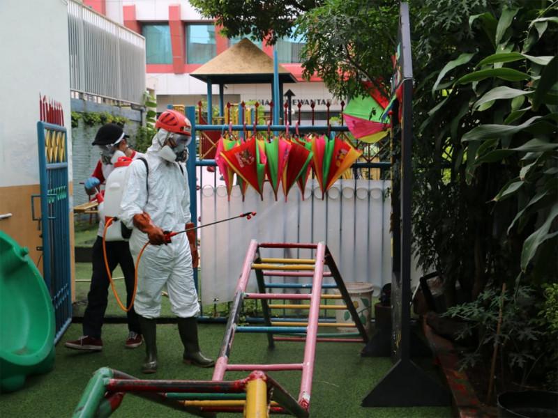 PMI Kota Jakarta Timur menyemprot disinfektan di area TK Labschool