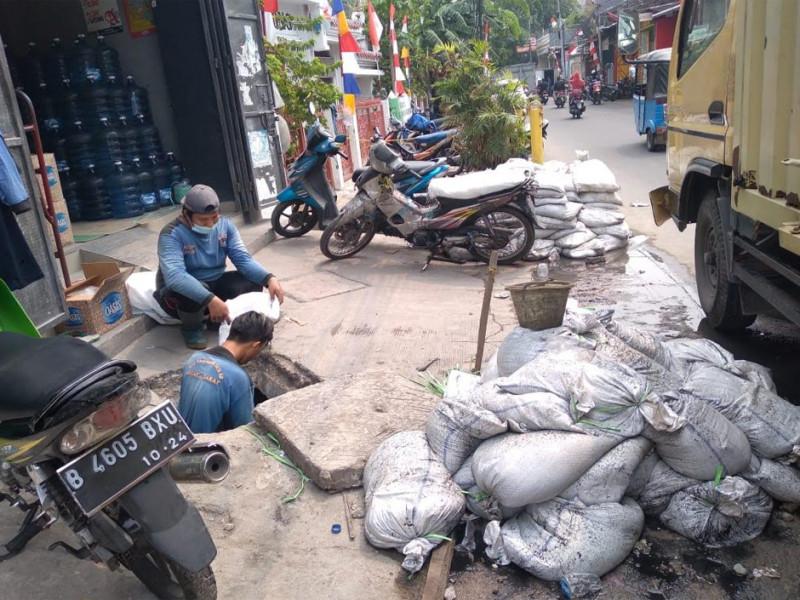 Pengurasan saluran PHB Duri Selatan TSS Raya