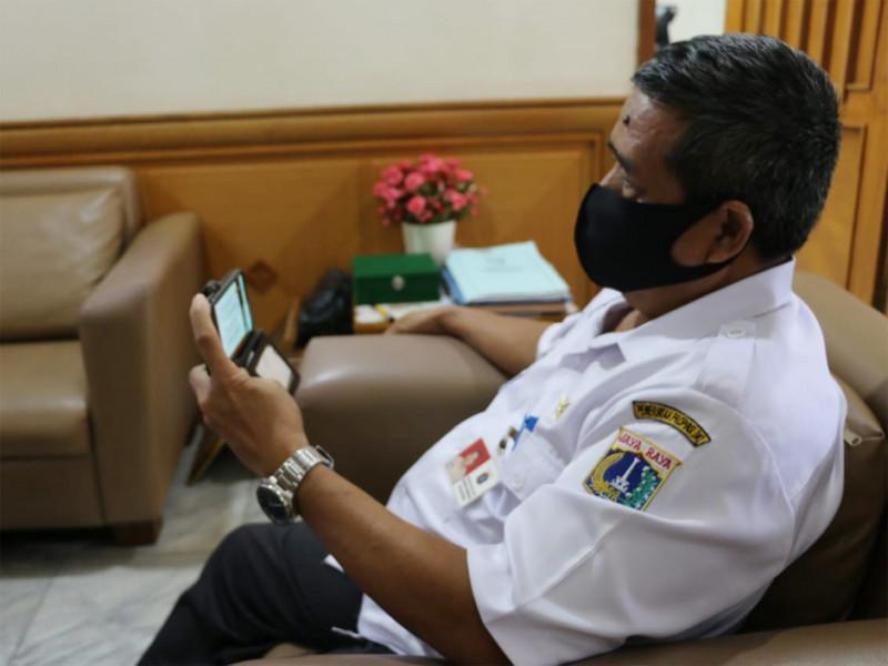 Sekko Jakarta Timur mengikuti Musrenbang online melalui ponselnya