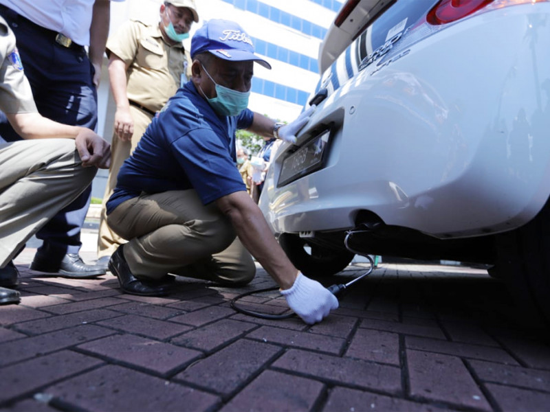 Sekko mencoba ikut dalam pengecekan uji emisi kendaraan