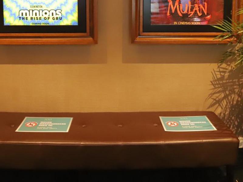 Bangku tunggu di area bioskop diberi marka jaga jarak