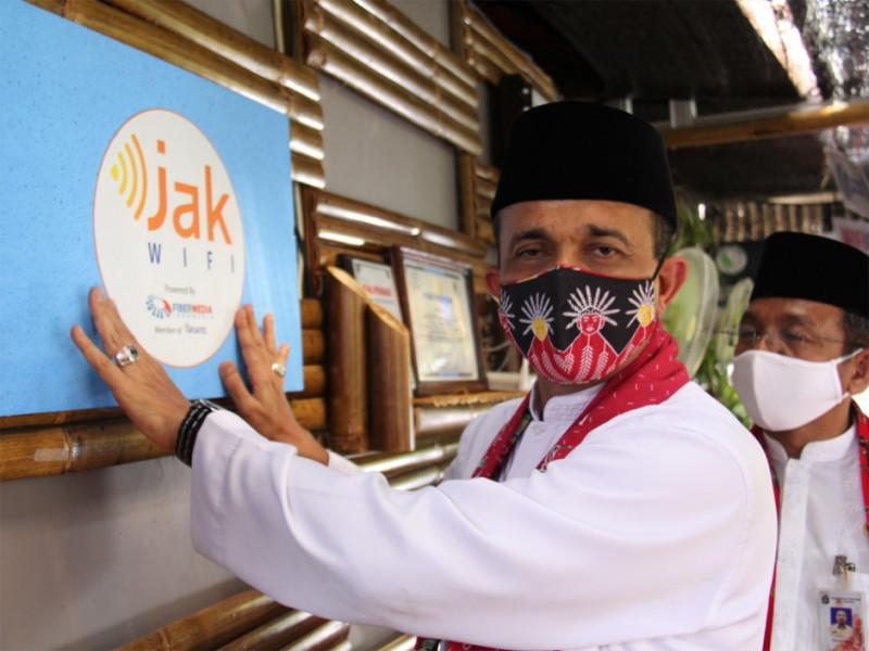 Wali Kota Administrasi Jakarta Timur, M. Anwar, meresmikan JAKWIFI di wilayah Kelurahan Cipinang Besar Utara