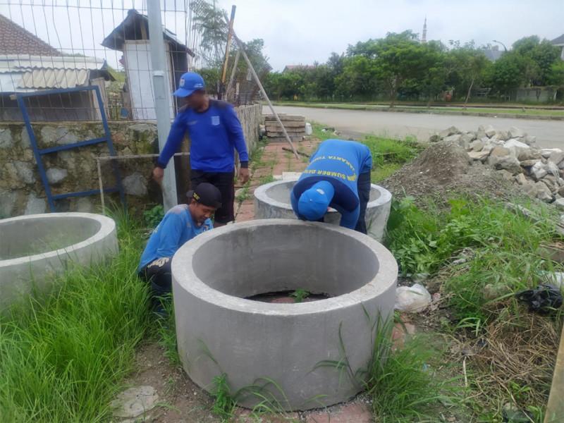 Proses pengambilan beton di gudang barang Sudin SDA Jakarta Timur