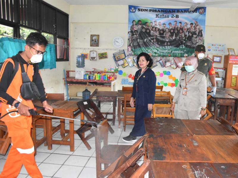 Penyemprotan di SD Negeri Pisangan Baru dilakukan oleh PPSU Rawa Bunga di ruang kelas