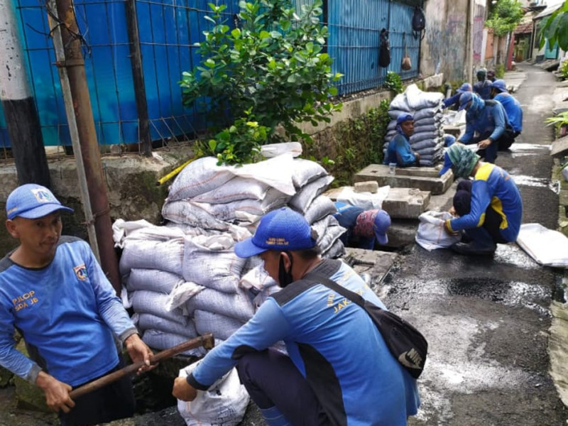 Kegiatan Pengurasan Saluran di Jl. H. Harun 1 Jakarta Barat