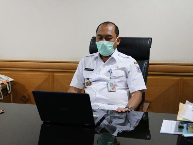 Wakil Wali Kota Jakarta Timur mengikuti Musrenbang online dari ruang kerjanya