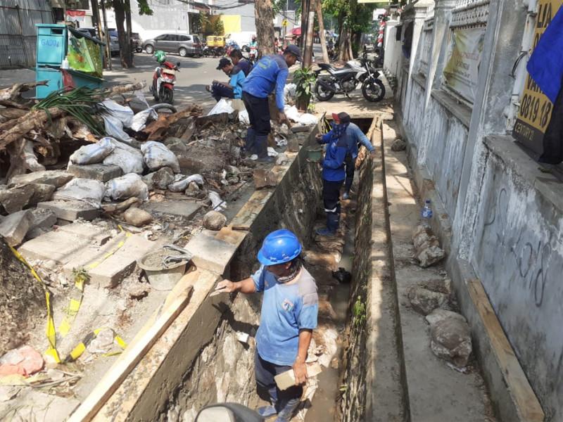 Kegiatan Perbaikan Turap Saluran di Jl Tebet Raya